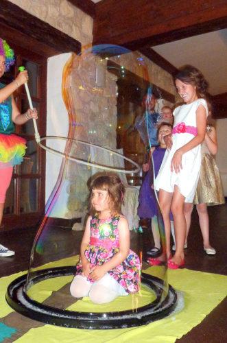 atrakcja dla dzieci, zamykanie w bańce mydlanej, animator, bańki mydlane
